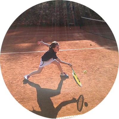 Niña jugando al tenis