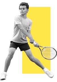 niño jugando al tenis